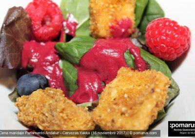 Ensalada de frutos rojos + brie rebozado en quicos con emulsión de remolacha.