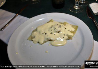 Ravioli de secreto confitado en aceite de romero y suae de remolacha