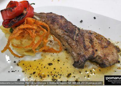 Chuleta de cerdo de cebolla  con salsa chimichurri, patata, zanahoria y pimiento de padrón