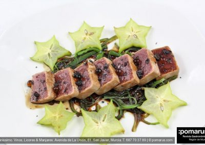 Tataki de atún con carambola, alga wakami y perlas de soja