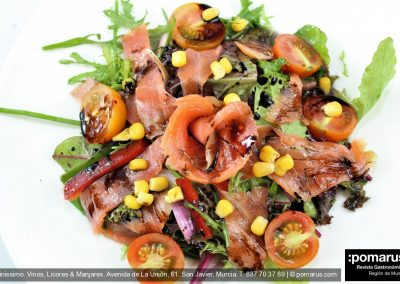 Ensalada de salmón con brotes tiernos