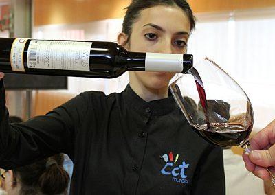 Sirviendo vino en CCT