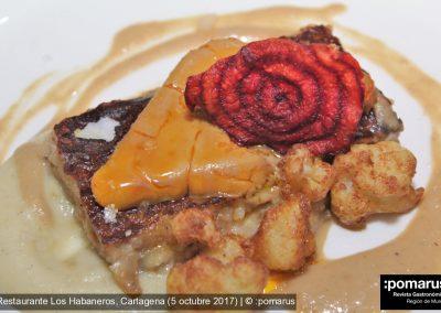 Manitas de cerdo, compota de manzana y vainilla y palomitas de coliflor gratinado de foie