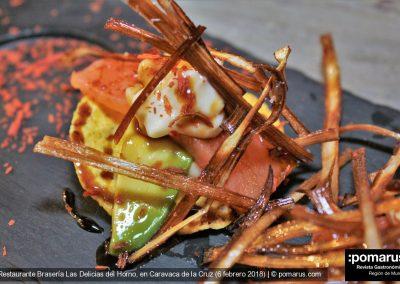 Totoko de salmón con sashimi, con aguacate, mahonesa de lima y puerros fritos