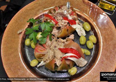 Tomate Raf con atún, boquerones y aceitunas
