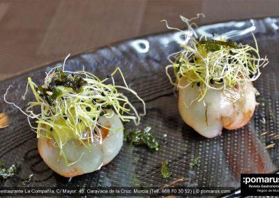 Ravioli de gambas con verduras de temporada, wasabi, queso, germinados de cebolleta, alga nori y vinagreta de limón fino
