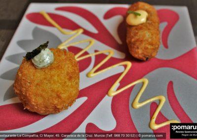 Croquetas de rabo de toro con mayonesa de calabaza (alargada) y croqueta de sepia con mayonesa de alga nori (redonda)