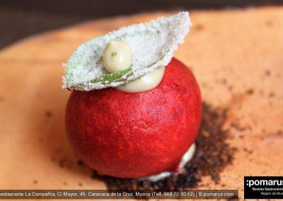 Esfera de cherry: Mozarella y albahaca. Crujiente de la hoja de albahaca y mayonesa. Tierra de tomate seco