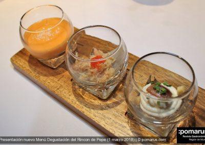 Aperitivo de bienvenida: Emulsión de tomate raf y AOVE, Carne de centollo con hoja blanca y Dúo de mar