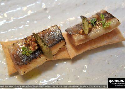 Pan soplado con una sardina a media sal