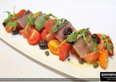 Ensalada de tomate con salazones, bonito marinado arreglado con hueva de maruca