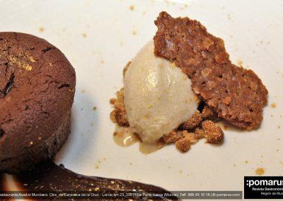 Culán de chocolate casero y helado de café arábigo y crujiente