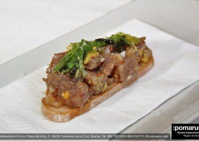 Tosta de tartar de atún con frutas y wasabi