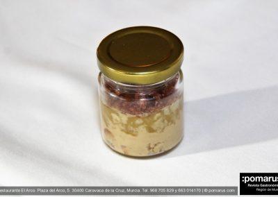 Yogourt de foie. confitura de manzana y bizcocho de chocolate