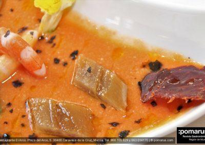 Langostino, sardina, aguacate con lascas de jamón sobre cama de salmorejo