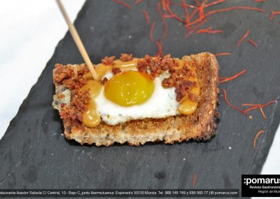 Huevo de codorniz con virutas de jamón y dulce de boniato sobre pan tostado