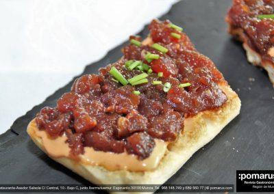 Coca de atún con salsa kimuchi, atún rojo y cebollino