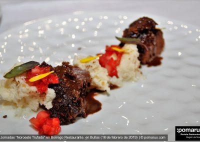 Bizcocho de chocolate, cremoso de queso, tartar de fresas y trufa