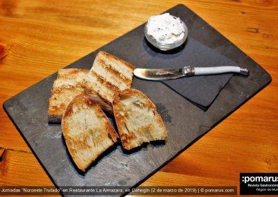 Tosta de pan de leña con mantequilla trufada