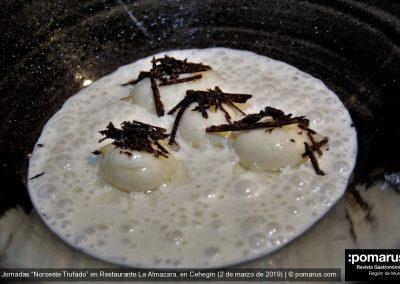 Esferas de queso, espuma de patata y trufa negra