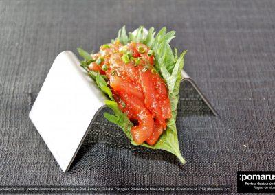 Taco vegetal de sisho verde, atún picante y tobiko