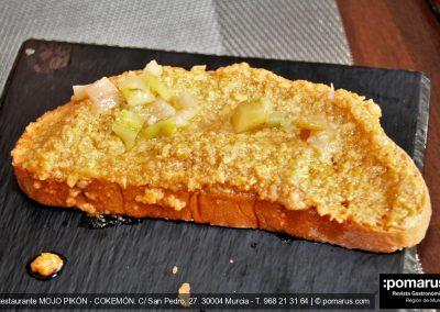 Tosta de Almogrote, con queso gomero con mojo, ajo y pimientos