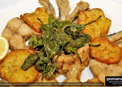 Fritura andaluza compuesta por gallo pedro, boquerones, tortita de camarones y pimientos fritos