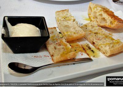 Pan tostado con pimentón y aceite de oliva virgen extra y alioli
