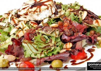 Ensalada del cheff com amplia variedad de componentes