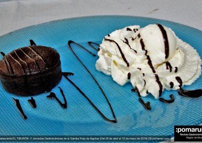 Postre: Coulant de chocolate con bola de helado y nata