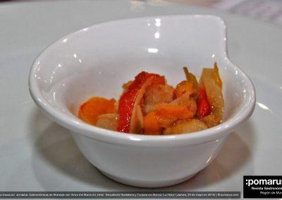 Puntillitas fritas sobre ensalada de pimientos