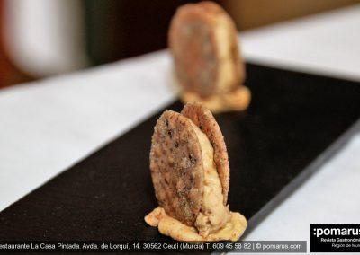 Aperitivo crujiente de pimiento seco y crema de queso