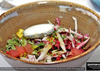 Ensalada de pakchoi con achicoria, queso artesano y vinagreta de frutos rojos.