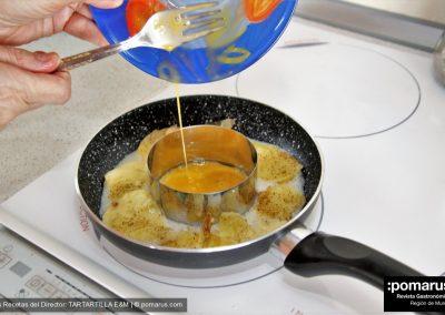 Echamos la yema batida en el interior del molde de tartar