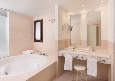20190804_SHE_MJVSI_Guestroom_Suite_Bathroom_OBST