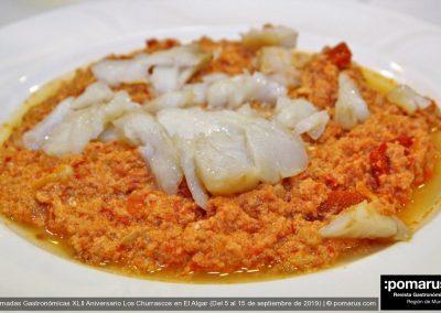 Pisto de tomate frito con pimientos y huevos acompañado de lascas de bacalao