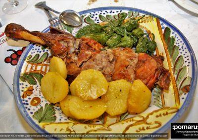 Paletilla de cordero asada acompañada de patatas horneadas y pimientos de padrón